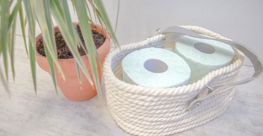 Una cesta con cuerda, cartulina y un poco de pegamento